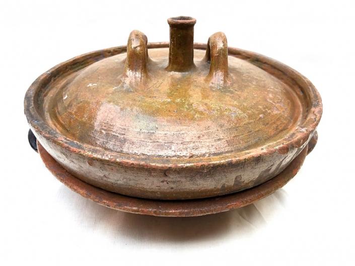 uitzonderlijk bewaarde toertepan in aardewerk - voor het maken van gebak in het haardvuur met hete kolen onder en boven